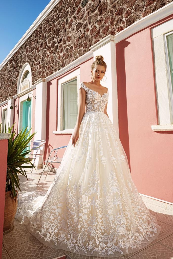 Vestito da sposa principessa, abito bianco con pizzi, ragazza con capelli biondi