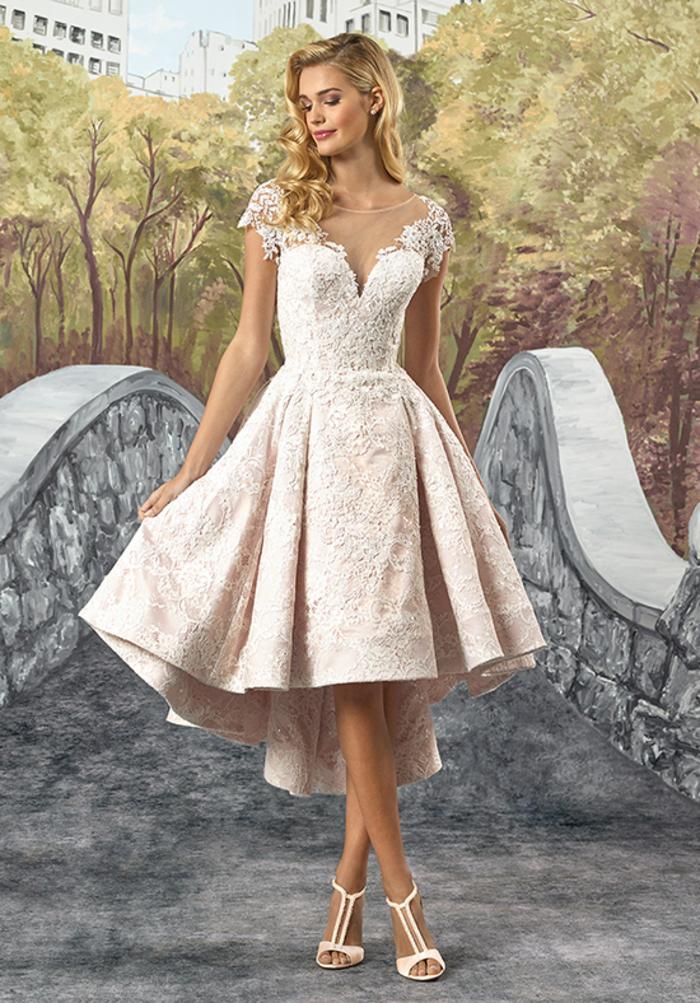 Ragazza con capelli biondi, vestiti da sposa colorati, abito con taglio asimmetrico