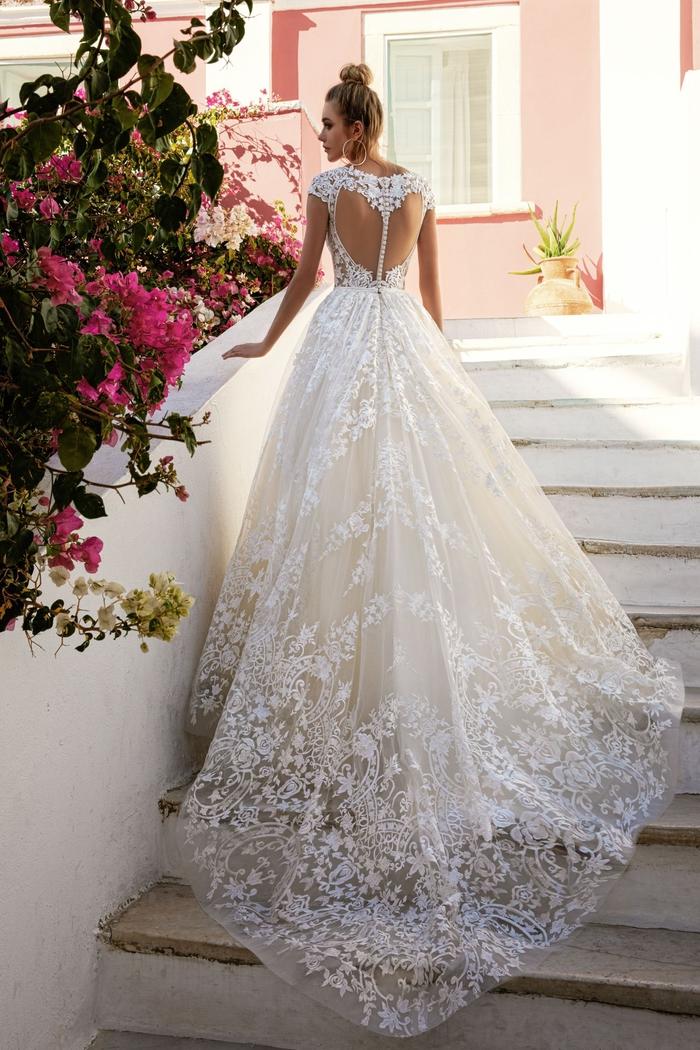 Vestito da sposa principessa, abito lungo con ricami, ragazza con capelli biondi