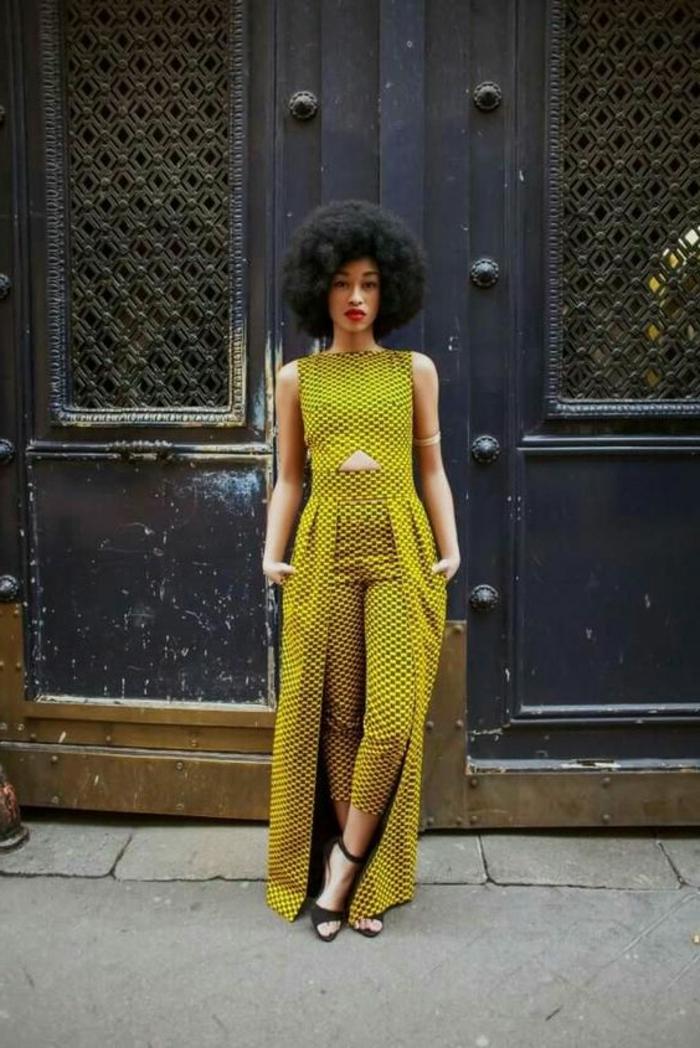 Vestiti africani per donna, ragazza con capelli ricci, pantalone e top lungo di colore giallo