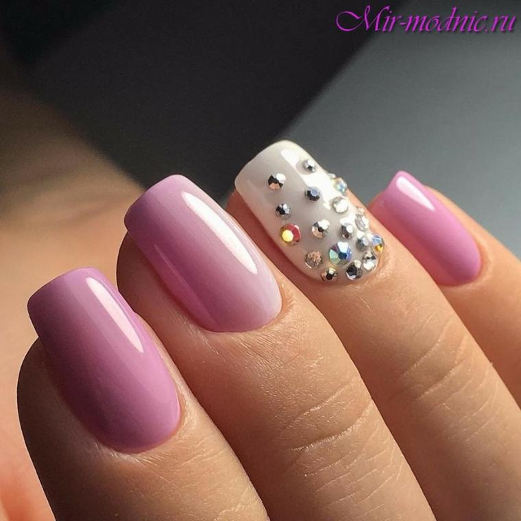 Disegni sulla unghie, unghie forma squadrata, smalto rosa, decorazione con brillantini