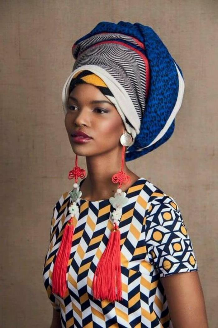 Stoffe africane per donna, orecchini con frange di colore rosso, sciarpa arrotolata in testa