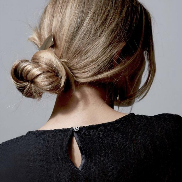 Capelli raccolti semplici, capelli biondi lisci, acconciatura con chignon, maglione nero di lana