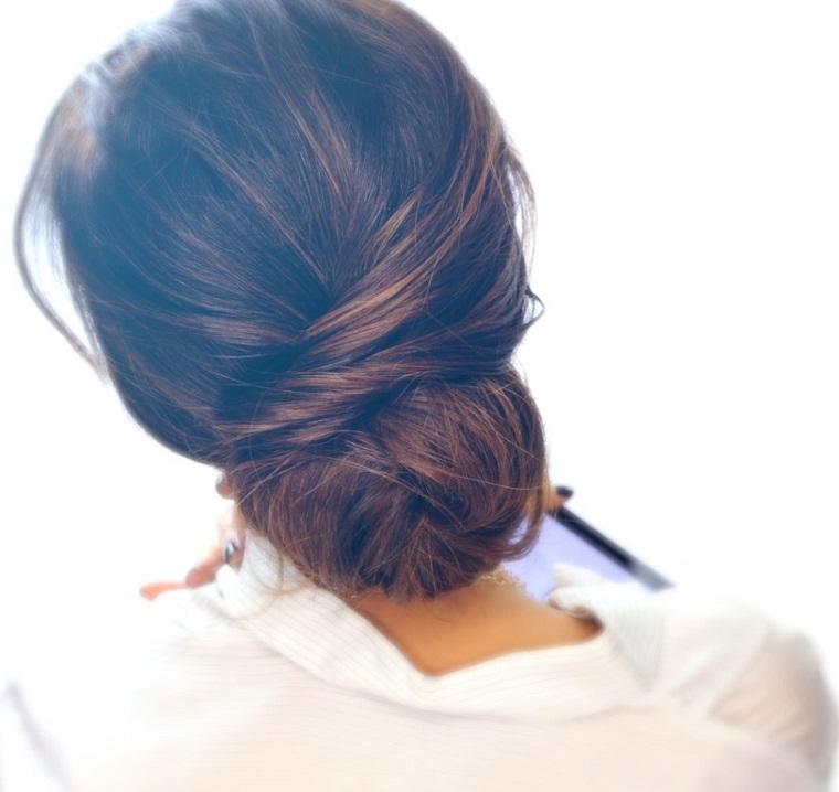 Idea acconciature per capelli medi, capelli a chignon, colore capelli castano con riflessi