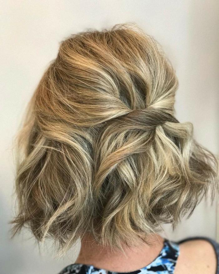 Come fare i capelli mossi corti, capelli biondi con riflessi, taglio caschetto corto pari