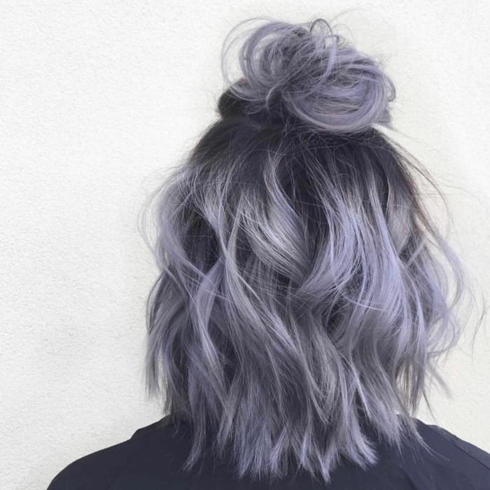 Pettinatura con chignon metà capelli, acconciature capelli ricci corti, ragazza con capelli grigi