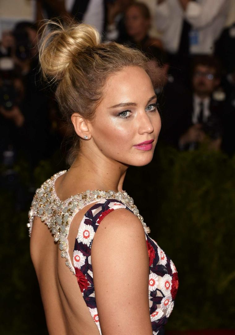 Pettinature per cerimonie, l'attrice Jennifer Lawrence con abito colorato, capelli legati a chignon