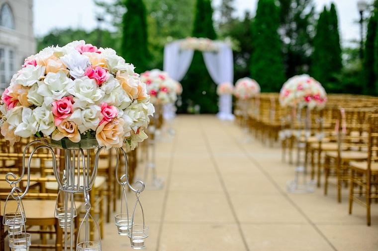Altare decorato con fiori, idee tema matrimonio, portancandele e bouquet di fiori