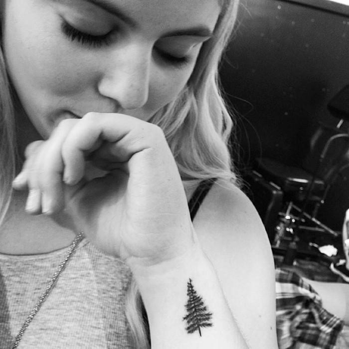 Disegno tatuaggio albero, tattoo polso mano, ragazza con occhi chiusi, abbigliamento con top grigio