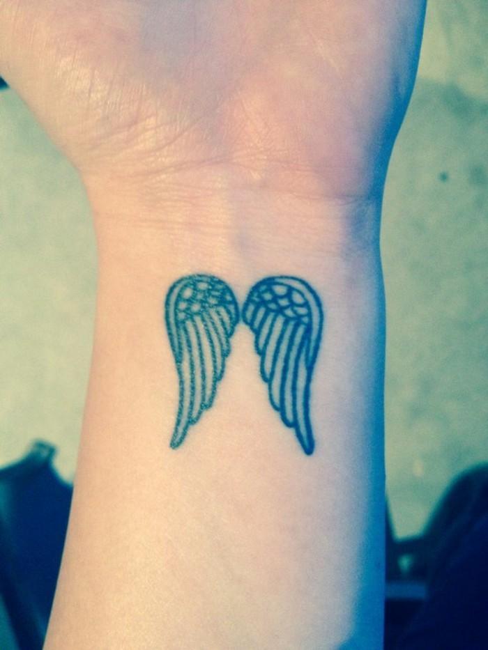 Tattoo polso, disegno tatuaggi ali angelo, polso mano braccio con tattoo