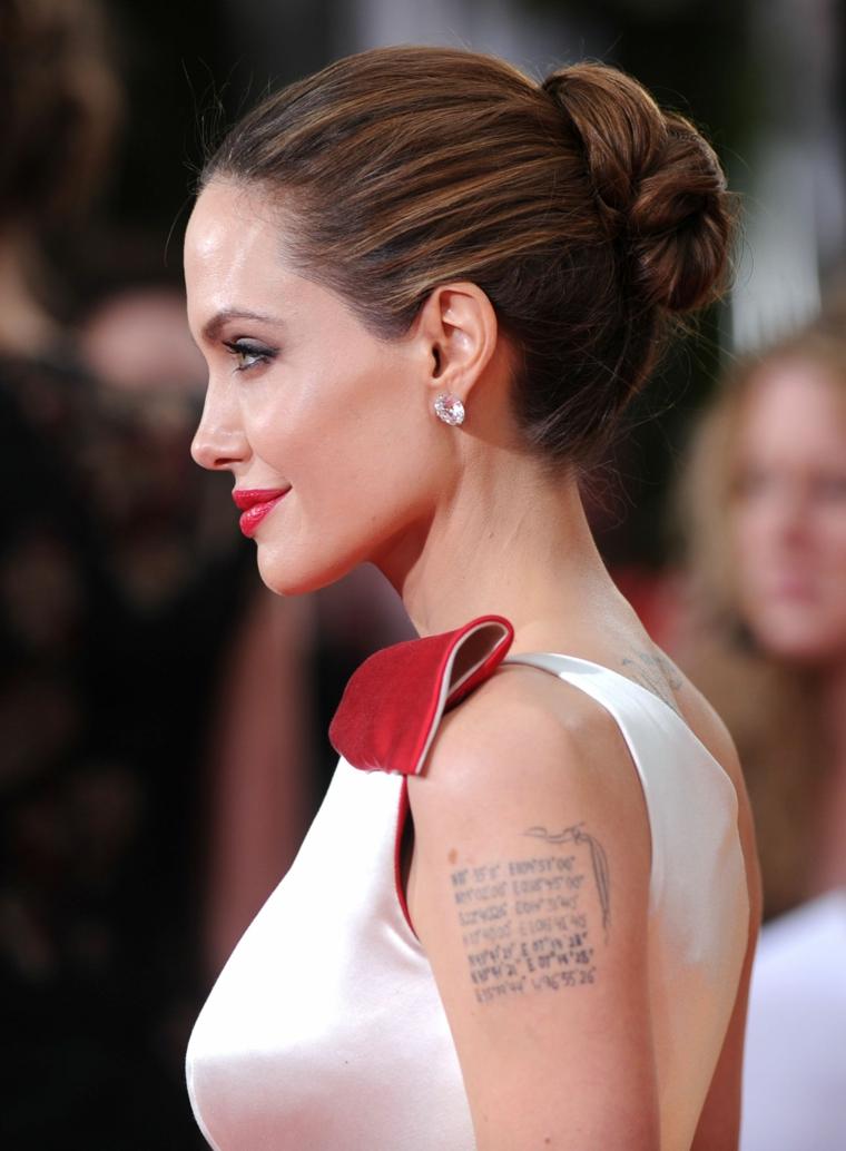 Scritte tattoo, tatuaggio sul braccio, Angelina Jolie con capelli legati