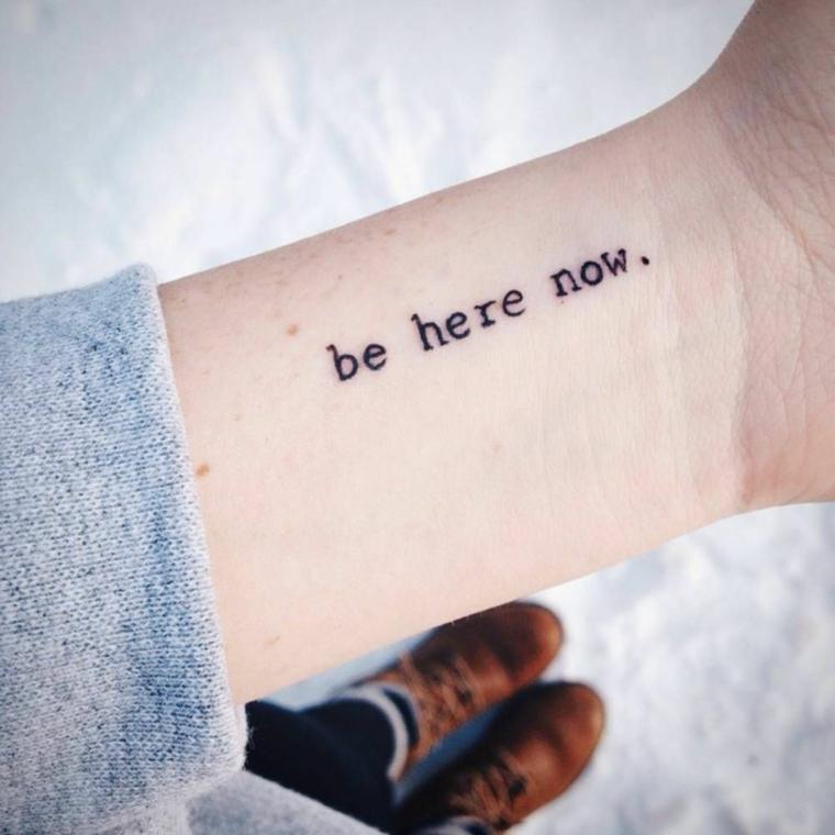 Scritta in inglese, frasi sulla vita e sull'amore, tatuaggio polso da donna