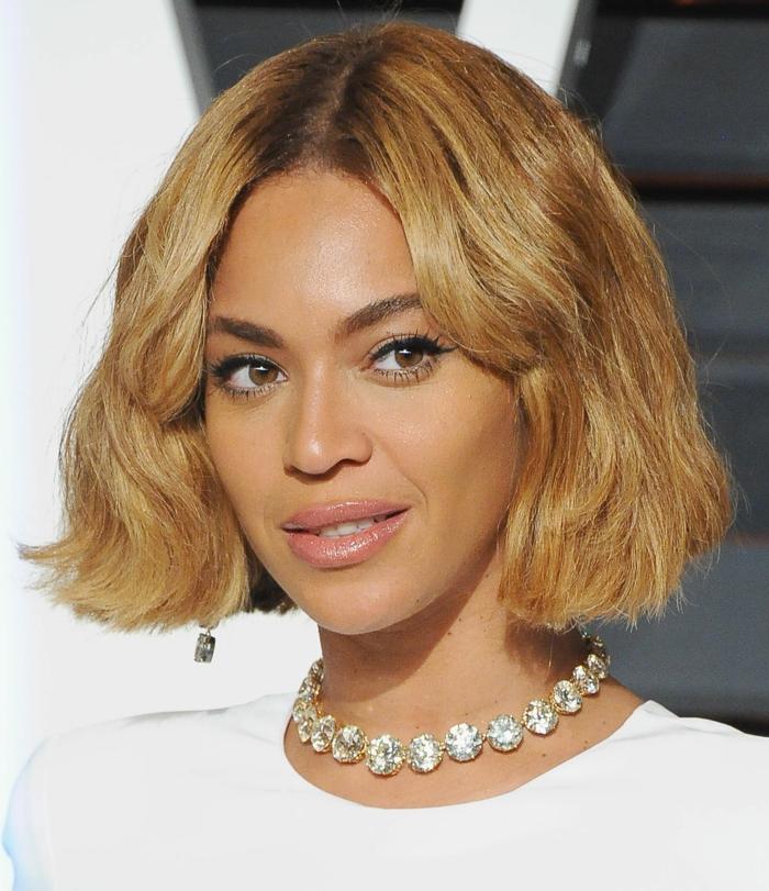 Come fare i capelli mossi corti, cantante Beyoncé con collana di diamanti, taglio capelli biondi a caschetto