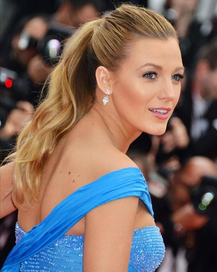 Acconciature capelli mossi, l'attrice Blake Lively con abito blu, capelli legati con elastico