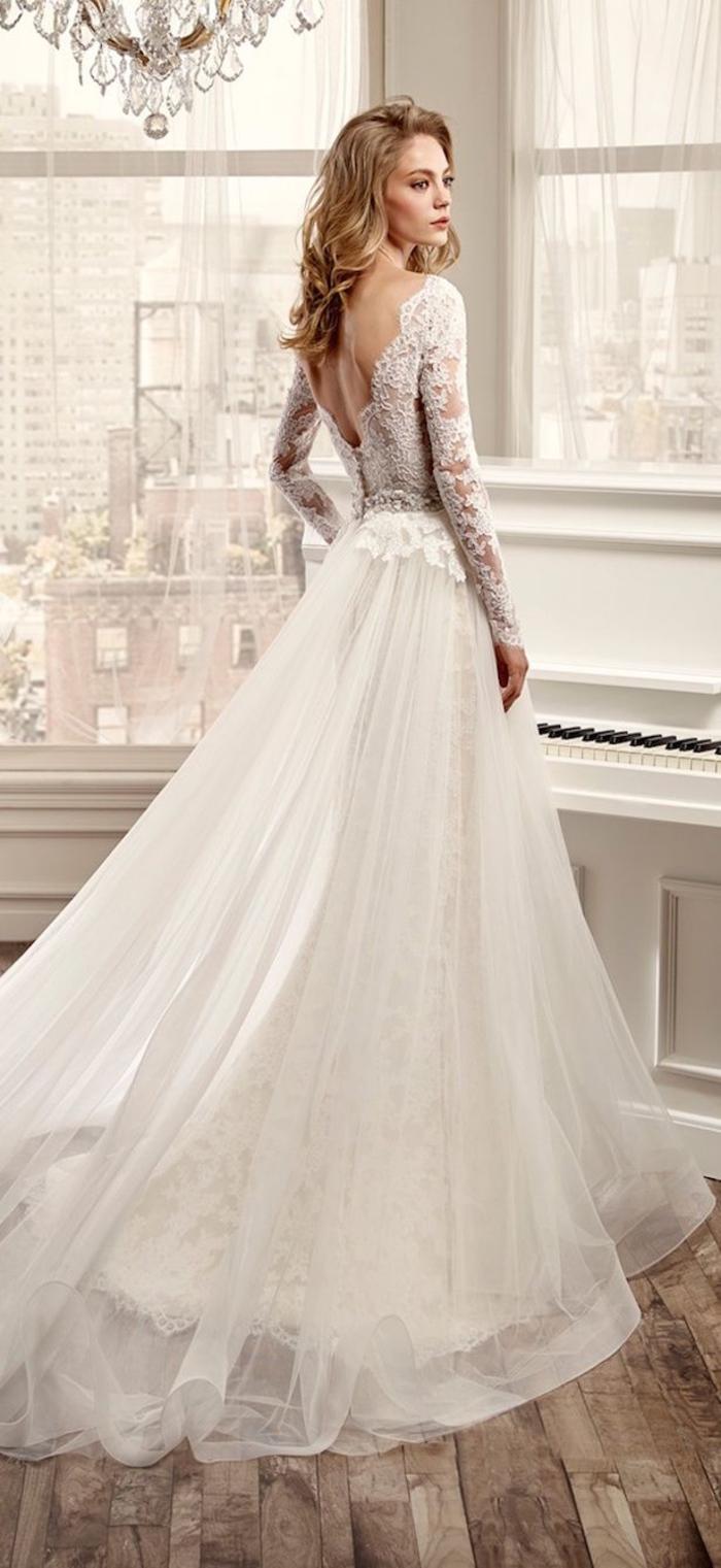 Sposa da principessa, abito bianco con pizzo, vestito da sposa con ricami floreali