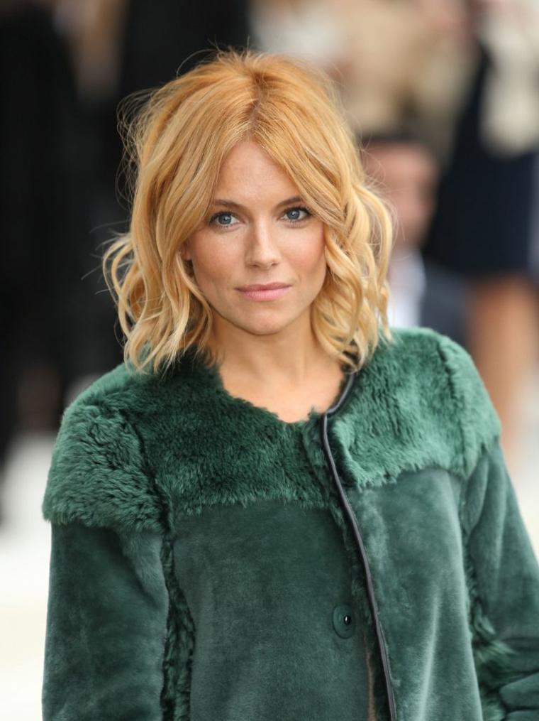 Tagli medio lunghi, colore capelli biondo, taglio caschetto pari, ragazza con cappotto verde