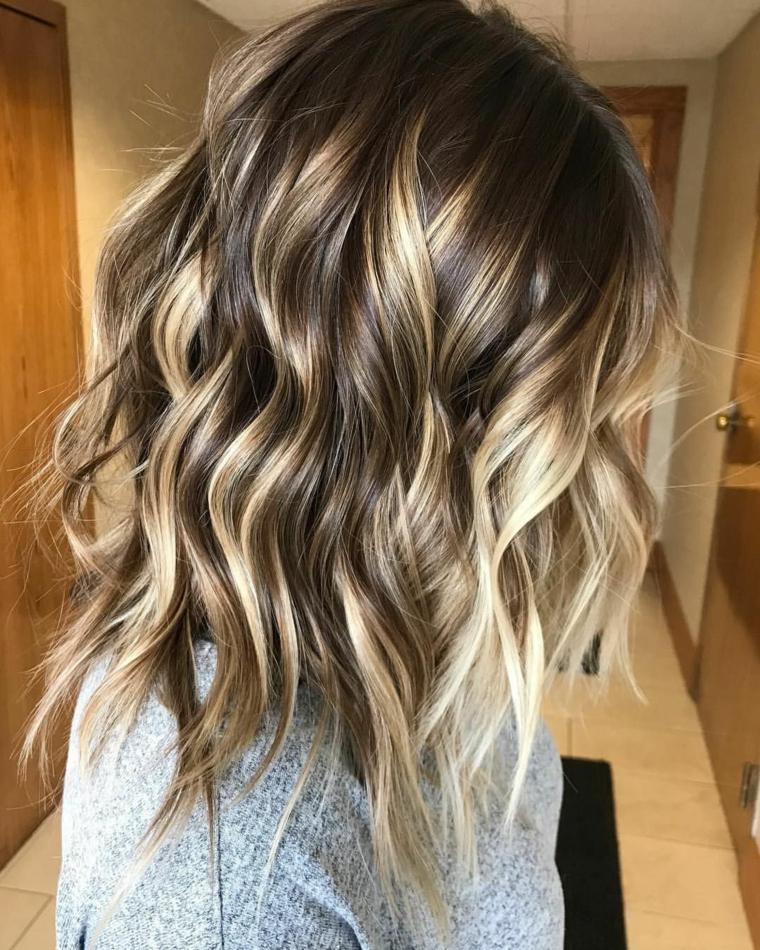 Taglio capelli media lunghezza, capelli con colpi di sole, maglione grigio