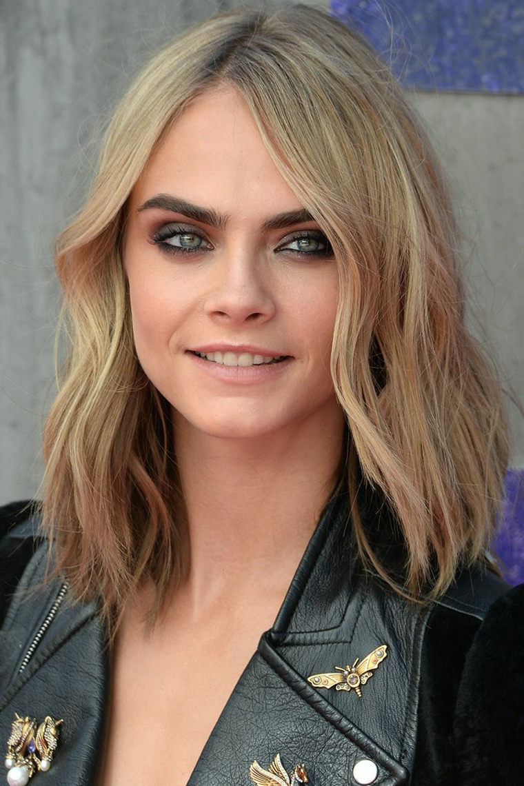 Acconciature semplici capelli lunghi, Cara Delevingne con capelli biondi, taglio capelli caschetto lob