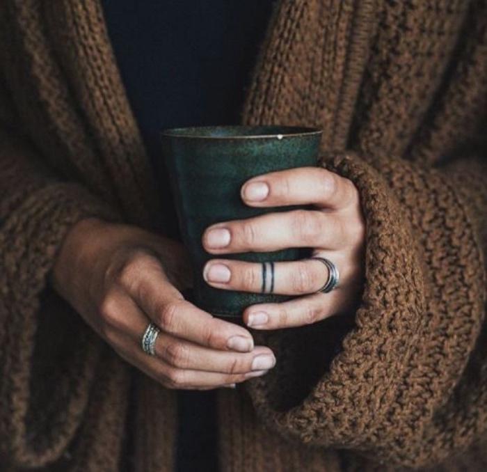 Tatuaggi stilizzati, dito anulare tatuato, donna che tiene una tazza