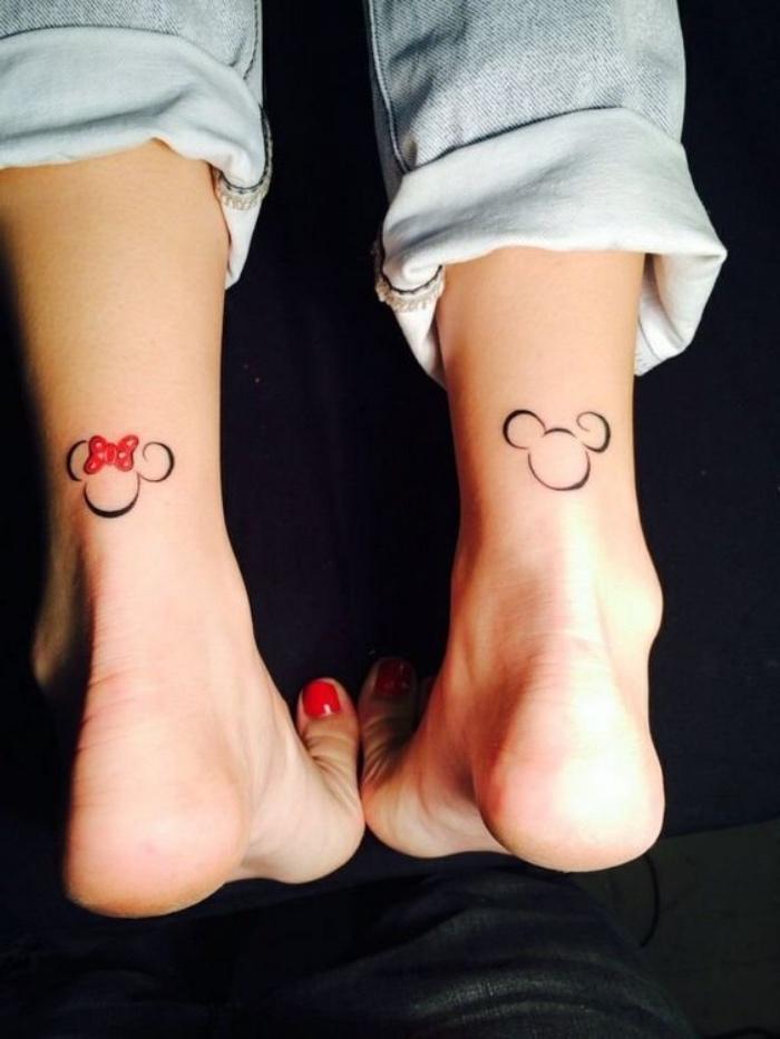 Tatuaggi stilizzati, tattoo con personaggi Disney, donna con jeans chiari