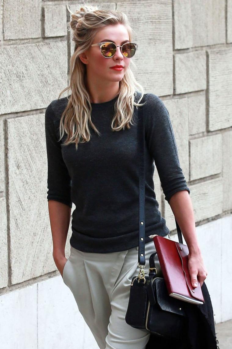 Ragazza con capelli biondi, acconciatura con chignon, abbigliamento di stile casual