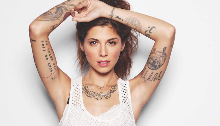 Frasi da tatuarsi, donna con tattoo sulle braccia, frase tatuata sul braccio