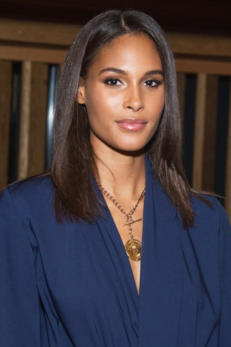 Acconciature capelli media lunghezza, capelli lisci castani, ragazza con camicia blu