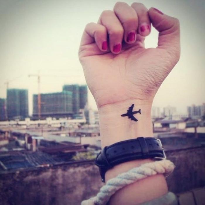 Tatuaggio con disegno aereo, polso della mano tatuato