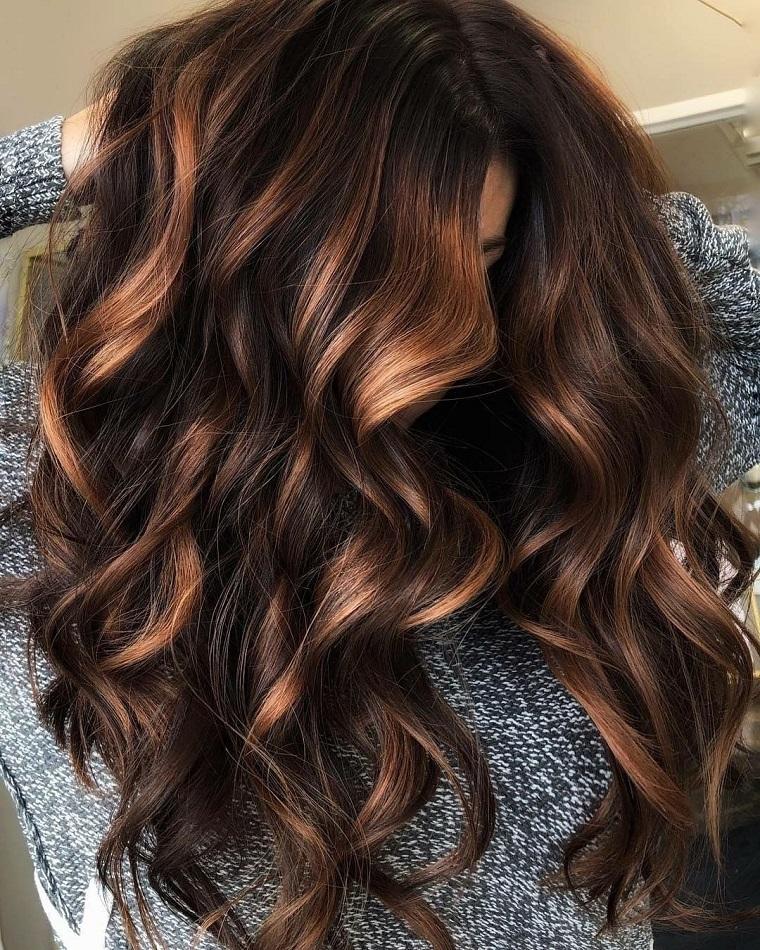 Tagli medio lunghi, capelli ricci con onde morbide, capelli castani balayage