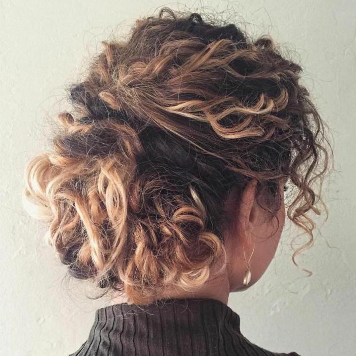 Acconciature semiraccolti, ragazza con i capelli ricci, taglio caschetto corto, capelli castani con colpi di sole