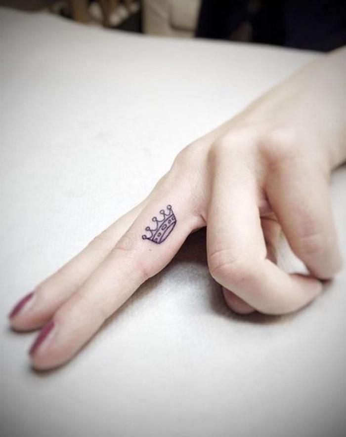 Disegno corona sul dito, tatuaggi piccoli particolari femminili