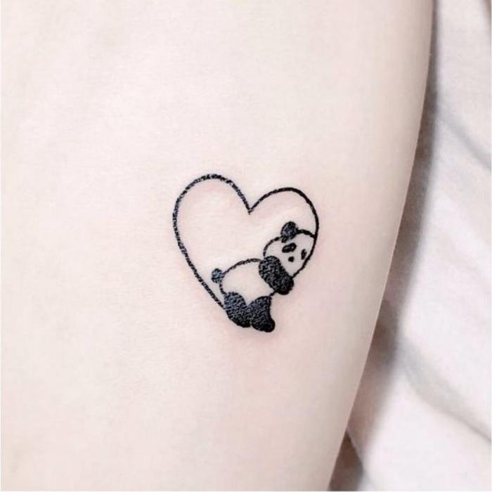 Tatuaggi sul polso, disegno cuore con panda, idea tattoo donna
