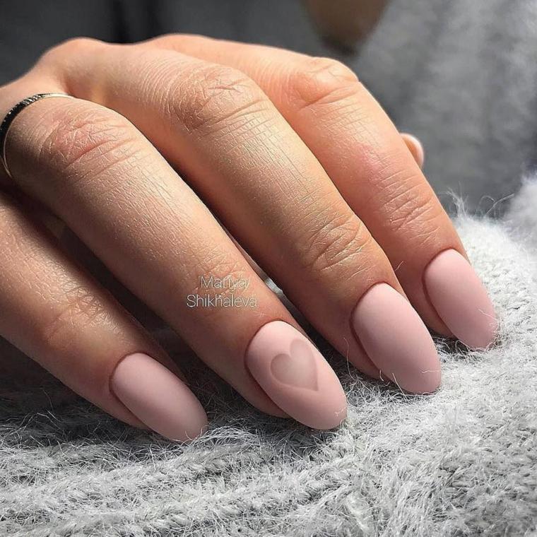 Nail art rosa cipria, smalto rosa mat, unghie a mandorla, decorazione con cuore