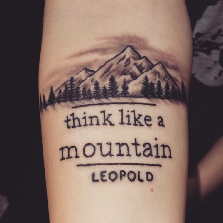 Scritte tattoo, disegno di una montagna, tatuaggio sull'avambraccio