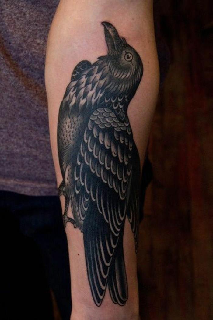 Tattoo polso, tatuaggio avambraccio uomo, disegno di un uccello