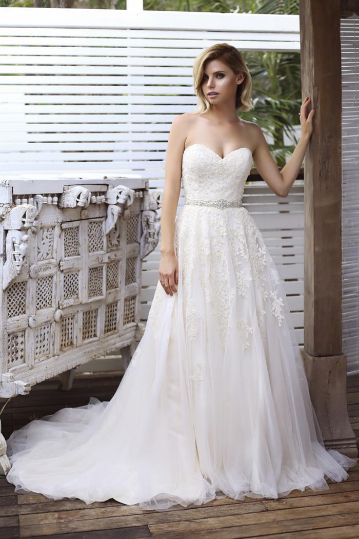 Abiti da sposa principeschi, vestito con scollo a cuore, gonna in tulle con ricami