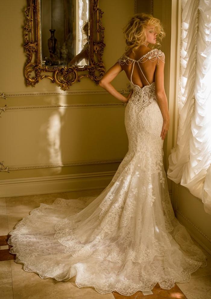 Abiti da sposa principeschi, vestito con ornamenti, donna con capelli biondi
