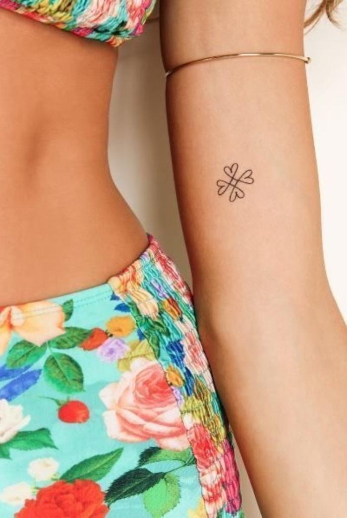 Tatuaggi più belli del mondo, donna con costume da bagno, tattoo cuori sull'avambraccio
