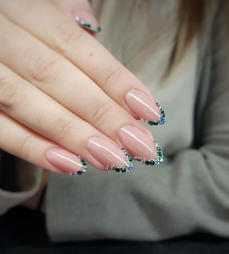 Smalto rosa cipria, decorazione unghie con brillantini, unghie a mandorla