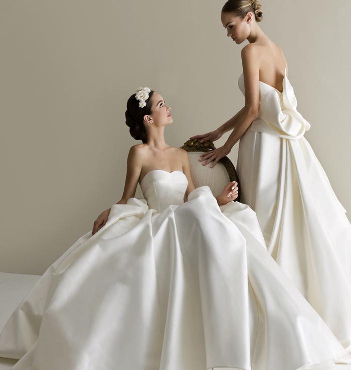 Sposa da principessa, due donne con abiti da sposa, vestiti bianchi di seta