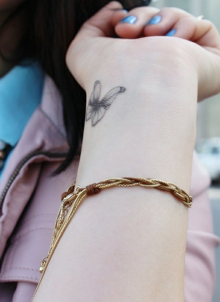 Tatuaggio polso, disegno di una farfalla, tattoo farfalla piccola, braccio di una donna