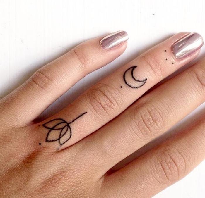 Tatuaggio piccolo, dita tatuate donna, disegno tatuaggio fiore di loto