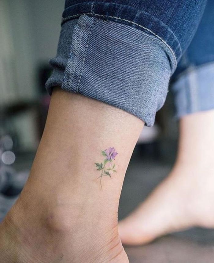 Idea tatuaggi femminili eleganti, tattoo fiore colorato, donna con un tatuaggio