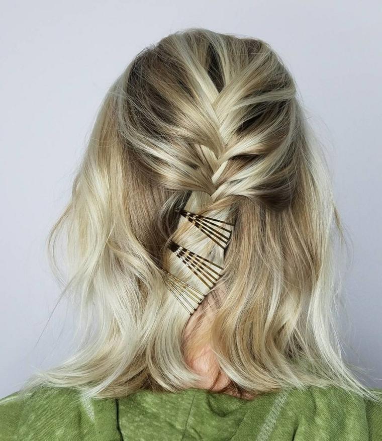 Acconciatura capelli con mollette, taglio caschetto capelli biondi, capelli medio corti