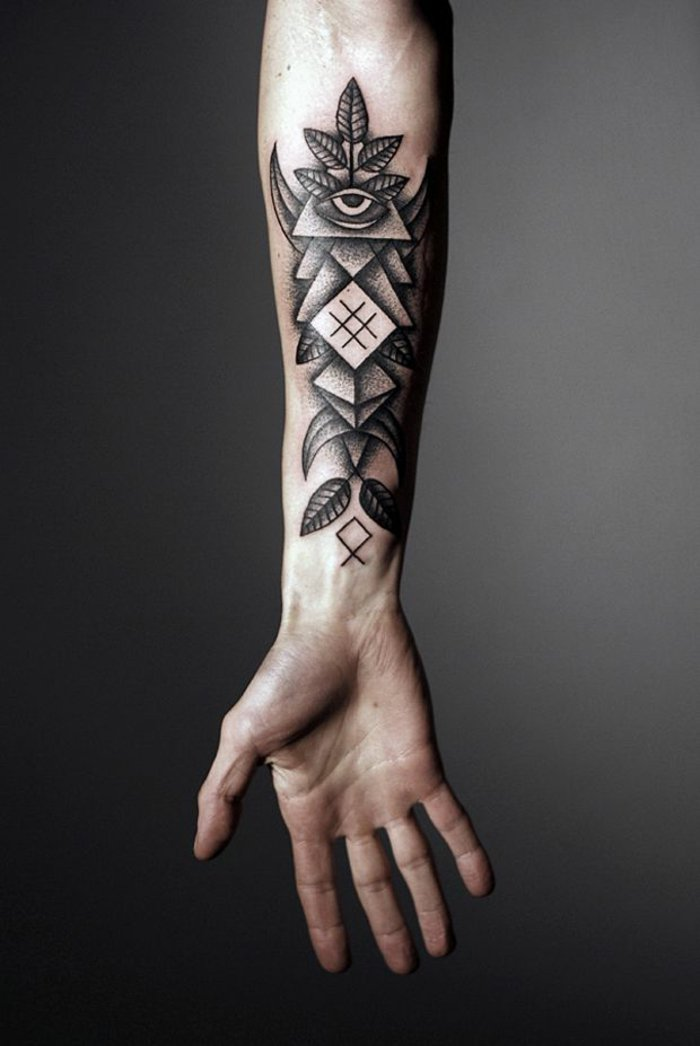 Tatuaggi stilizzati con forme geometriche, avambraccio di un uomo, tattoo con occhio e foglie