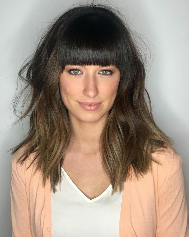 Acconciature capelli media lunghezza, ragazza con capelli castani, taglio con frangia pari