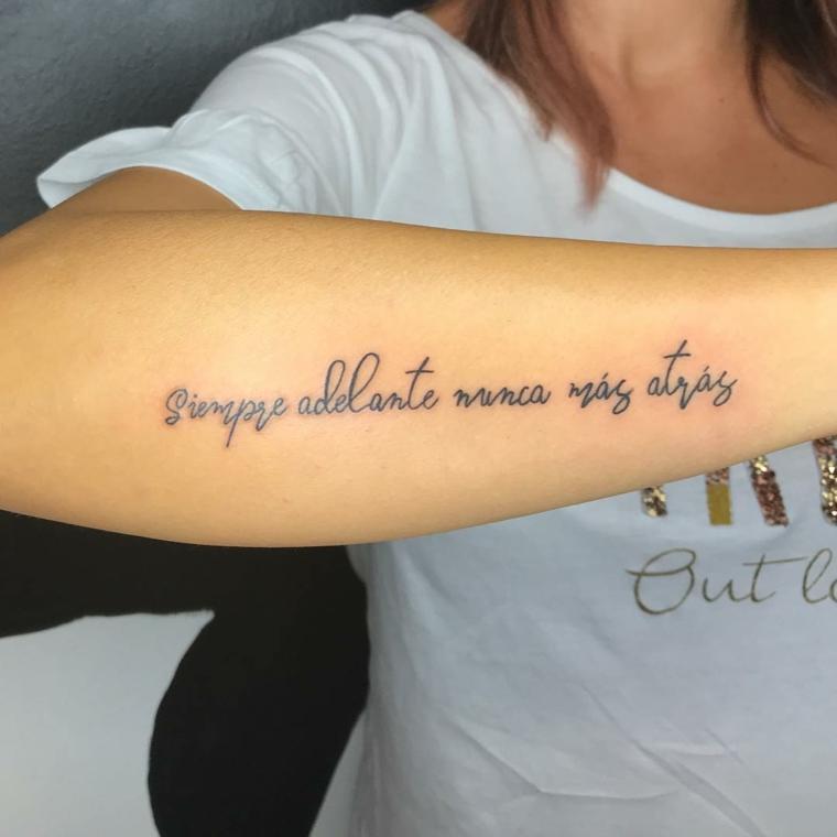Frasi spagnole, idea per un tatuaggio sull'avambraccio, donna con maglietta bianca