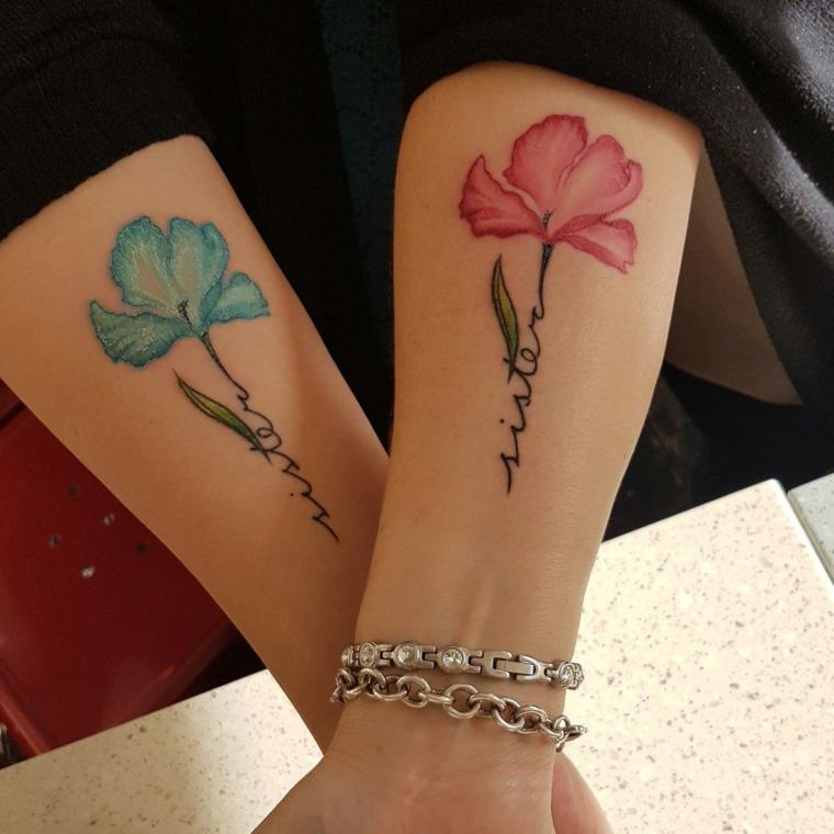 Tatuaggio dedicato alla famiglia, tattoo con fiore colorato e scritta, scritta sister in inglese