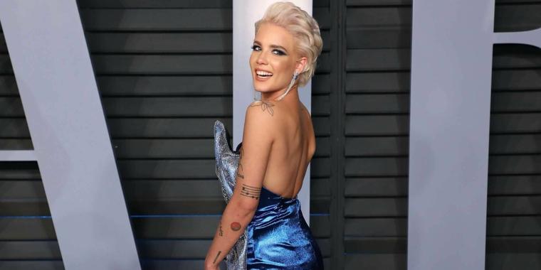 Tatuaggi piccoli scritte, tattoo sul braccio, ragazza bionda con abito blu