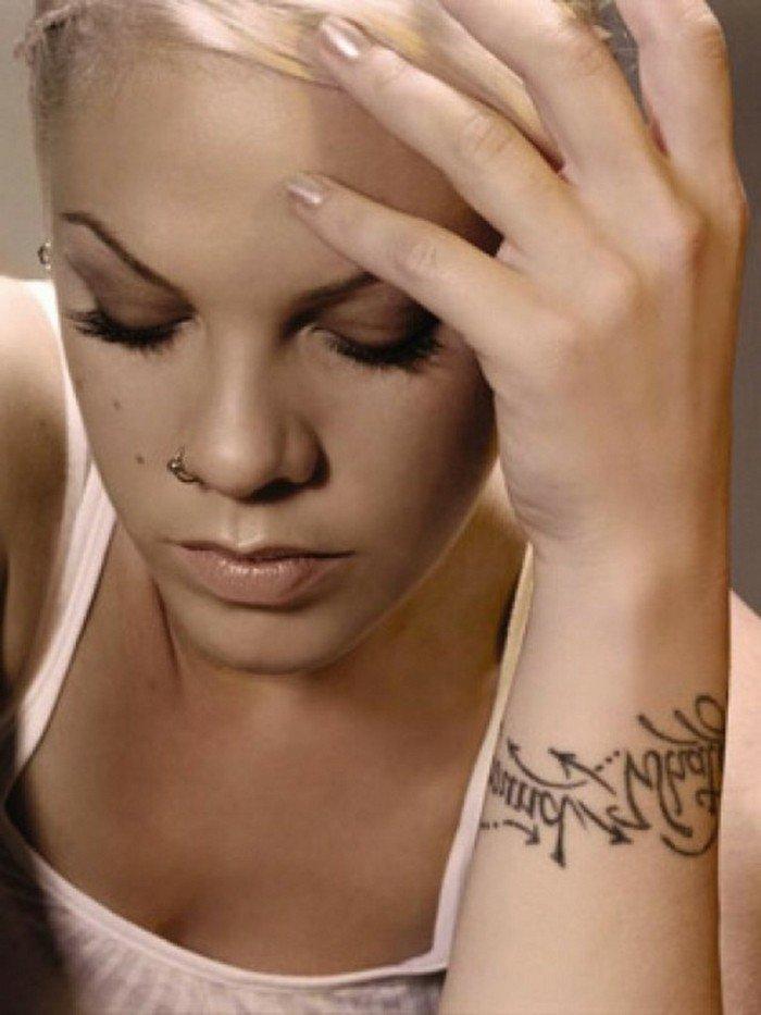 Idea tatuaggio con scritta, ragazza con capelli biondi, ragazza con piercing sul naso